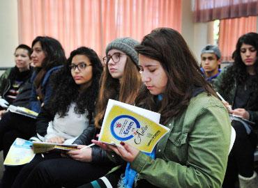Estudantes acompanham<br> Aulão do ENEM <br>pelo telão
