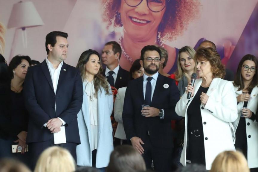 Procuradora da Mulher na Alep, deputada Cristina Silvestri, participa do lançamento do programa Banco da Mulher Paranaense