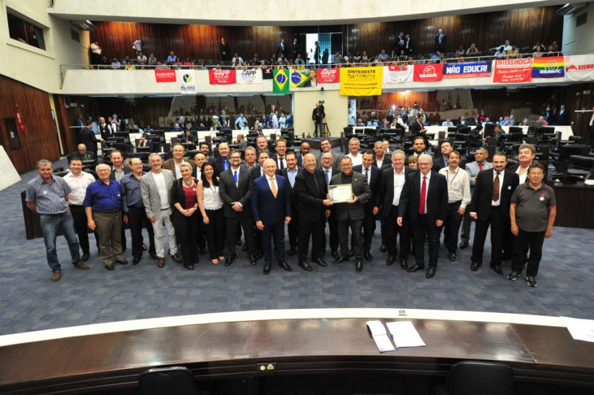 Associação dos Funcionários da Cohapar completa 50 anos e recebe homenagem da Assembleia Legislativa.