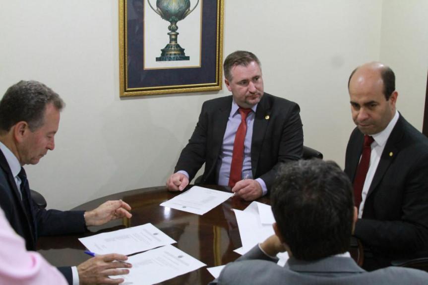 Deputados que compõem a Comissão de Ciência, Tecnologia e Ensino Superior da Alep aprovaram a criação da Frente Parlamentar pela Promoção e Defesa das Universidades Públicas do Paraná.
