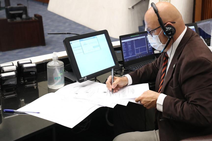 Deputado Luiz Claudio Romanelli (PSB), primeiro secretário da Assembleia Legislativa, anunciou durante a sessão plenária a reunião da Comissão Especial que analisa os projetos das taxas de cartório.