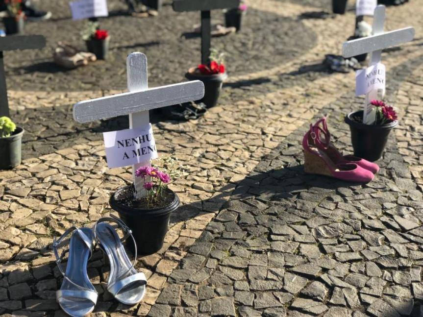 Em Guarapuava, 82 cruzes foram colocadas no calçadão da XV de Novembro, representando todas as mulheres que foram mortas no Paraná entre maio de 2018 e maio de 2019.