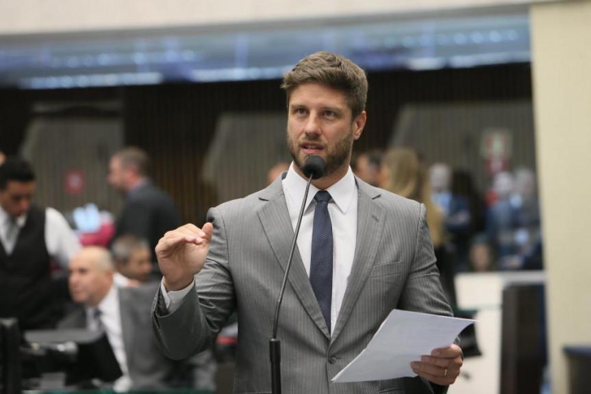 Deputado Requião Filho (MDB) requer informações sobre viagens do governador Ratinho Júnior e de secretários de Estado.