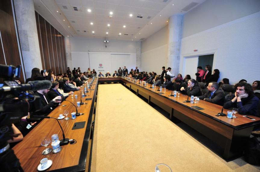 Participantes do Parlamento Universitário são recebidos pelo vice-governador Darci Piana no Palácio Iguaçu.