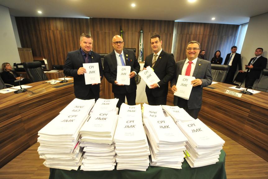 Integrantes da CPI da JMK com o volume de mais de 200 mil páginas de documentos analisados pela Comissão.