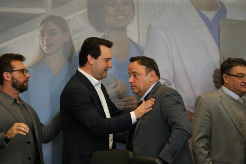 Governador Ratinho Junior com o líder do Governo na Assembleia Legislativa deputado Hussein Bakri.