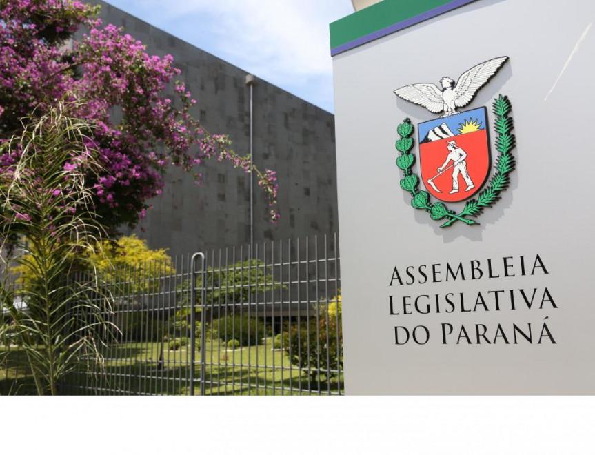 Visão lateral da Assembleia Legislativa do Paraná.