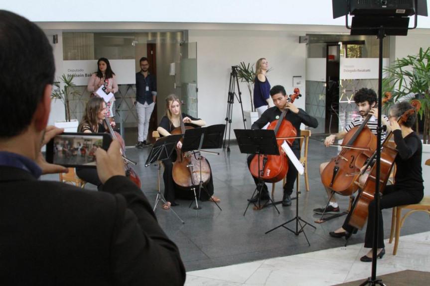 Quinteto de cordas faz apresentação para servidores da Alep. Intervenção cultural acontecerá toda semana.