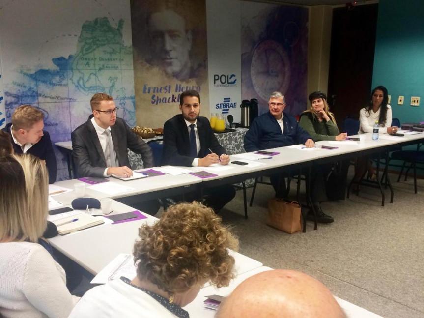 Deputado Paulo Litro durante encontro com representantes do Sindicosméticos/PR