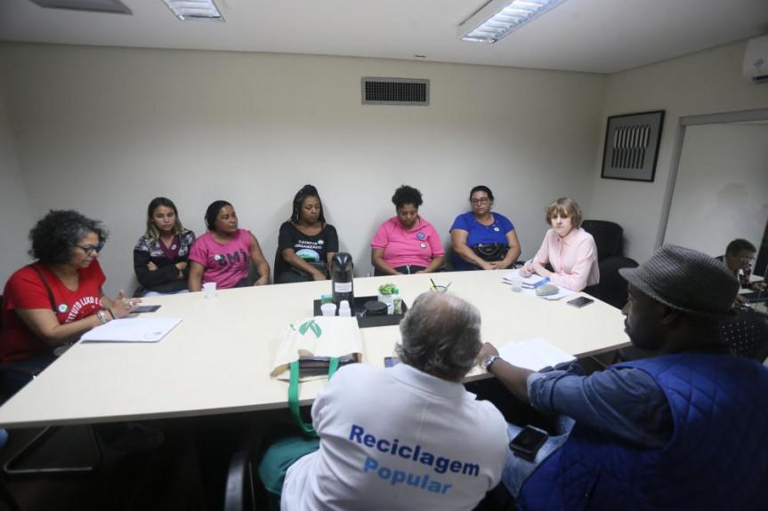 Deputada Luciana Rafagnin (PT) em reunião realizada em abril com representantes do Instituto Lixo e Cidadania sobre a incineração de lixo em Curitiba e Região.
