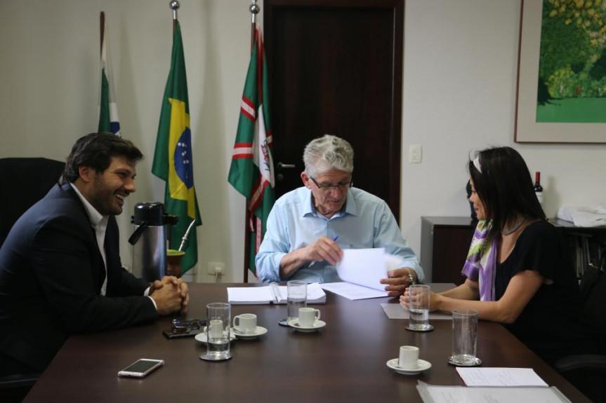 Deputado Tiago Amaral (PSB) acompanha presidente da Associação Brasileira da Seda, Renata Amano, em reunião com o secretário de Agricultura, Norberto Ortigara.