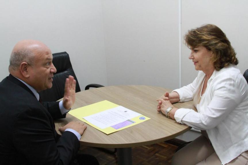A deputada Cristina Silvestri (PPS) apresentou ao desembargador Mário Ramidoff as ações e os projetos que estão sendo encaminhados pela Procuradoria da Mulher voltado à defesa e proteção das mulheres.
