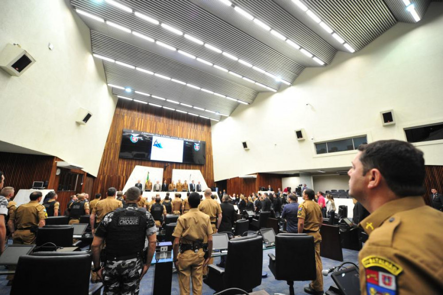 Sessão solene em celebração aos 165 anos da PMPR foi marcada pela homenagem in memorian a 20 policiais militares que perderam a vida durante o cumprimento do dever.