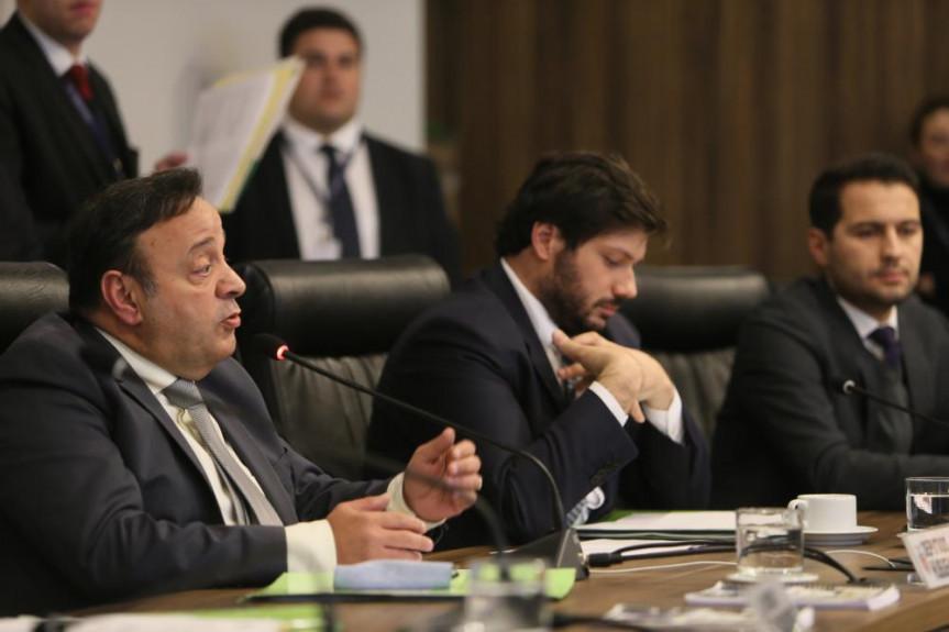 Deputado Hussein Bakri (PSD), líder do Governo na Alep, defende durante a reunião da CCJ a aprovação do parecer ao projeto que trata das licenças especiais dos servidores do Executivo.