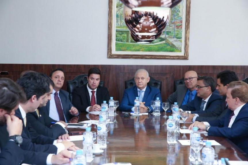 Presidente Ademar Traiano (PSDB) e o chefe da Casa Civil, Guto Silva, em reunião com os líderes das bancadas e blocos da Alep.