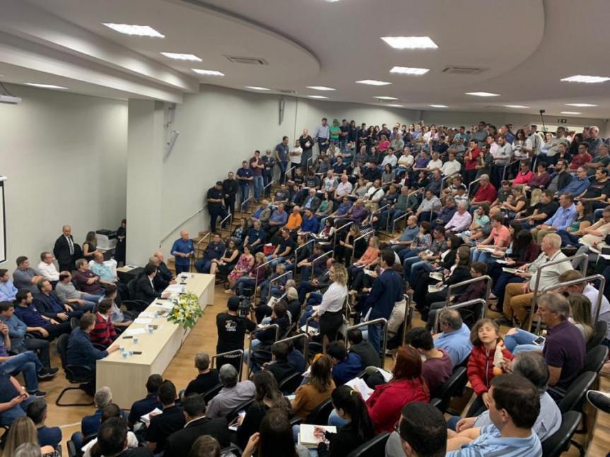 Auditório da Prefeitura de Medianeira ficou lotado para a audiência pública sobre a Estrada do Colono.