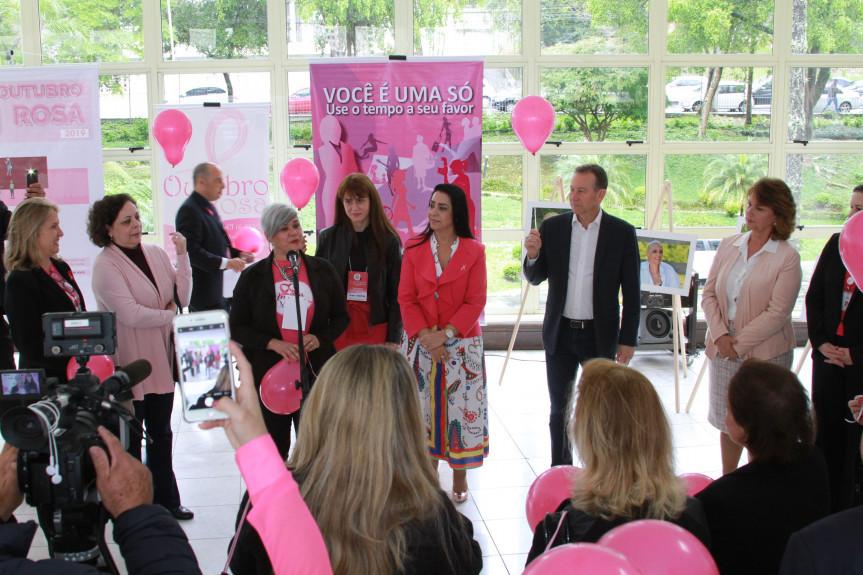Campanha Outubro Rosa e Doação de Lenços fazem parte das ações da Comissão de Defesa dos Direitos da Mulher da Assembleia Legislativa do Paraná.