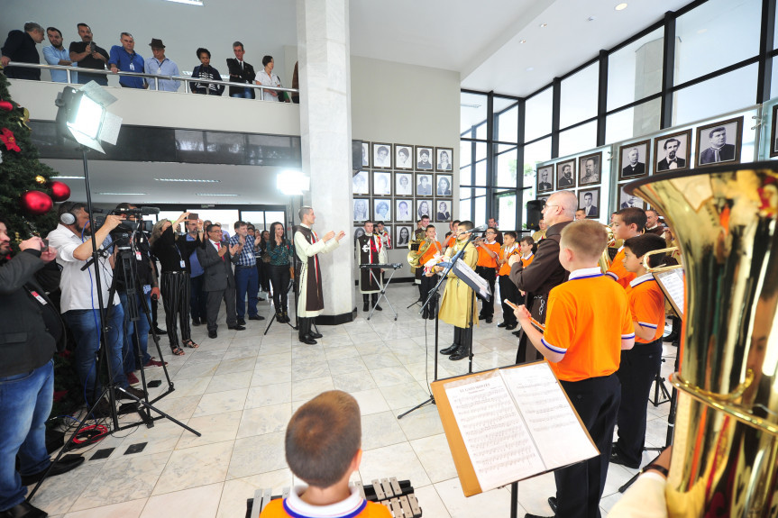 Projeto da Diretoria de Comunicação da Assembleia Legislativa promoveu apresentações de artistas paranaenses e encantou funcionários e visitantes.