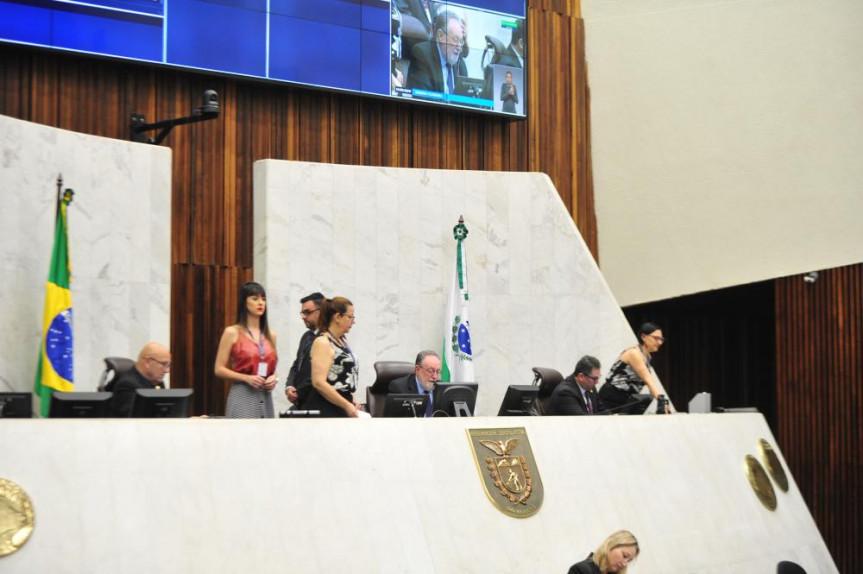 Em razão da viagem do presidente Traiano (PSDB) a Brasília, a sessão plenária desta quarta-feira (11) foi presidida pelo deputado Tercílio Turini (PPS) acompanhado do primeiro secretário Romanelli (PSB) e segundo secretário Gilson de Souza (PSC).