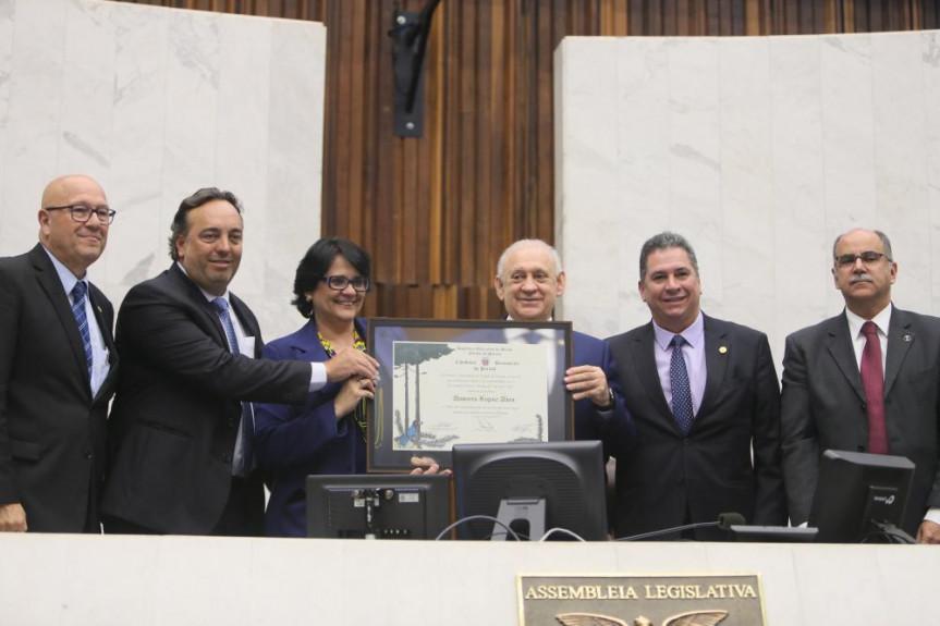 Ministra Damares Alves é a mais nova cidadã benemérita do Paraná.