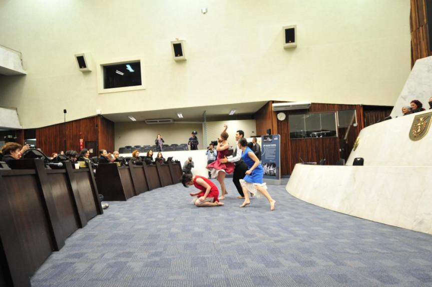 Palíndromo, que remete ao cinquentenário do Balé Teatro Guaíra. Ato criado especialmente para a cerimônia na Assembleia Legislativa do Paraná.