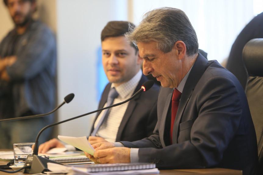 Pedido de vista do deputado Tadeu Veneri (PT) adiou a votação na CCJ do parecer sobre as emendas ao projeto que trata da licença premio dos servidores. Matéria volta a ser discutida nesta terça-feira (15).