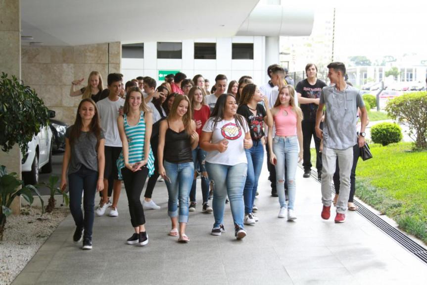 Alunos do Colégio Estadual Sagrada Família, da cidade de Campo Largo, chegando à Assembleia Legislativa para uma visita guiada.