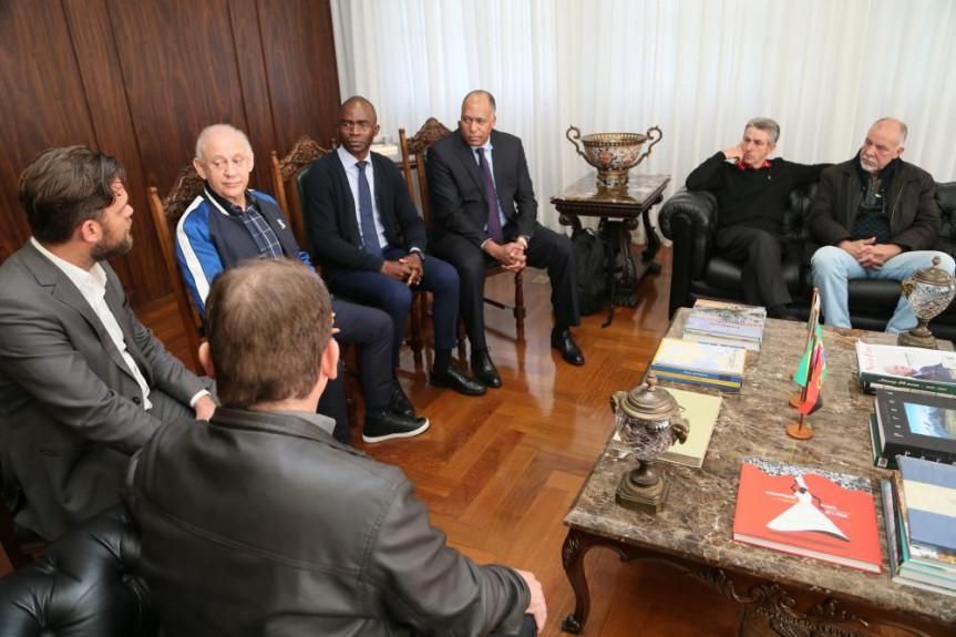 Reunião entre deputados e autoridades angolanas debateu políticas públicas para o descarte de lixo e o para o processamento de resíduos sólidos.