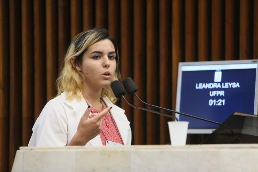 A deputada universitária Leandra Leysa, da UFPR, usou a tribuna na sessão plenária para defender seu projeto que inclui o uso da Língua Brasileira de Sinais (Libras) na rede de ensino paranaense.