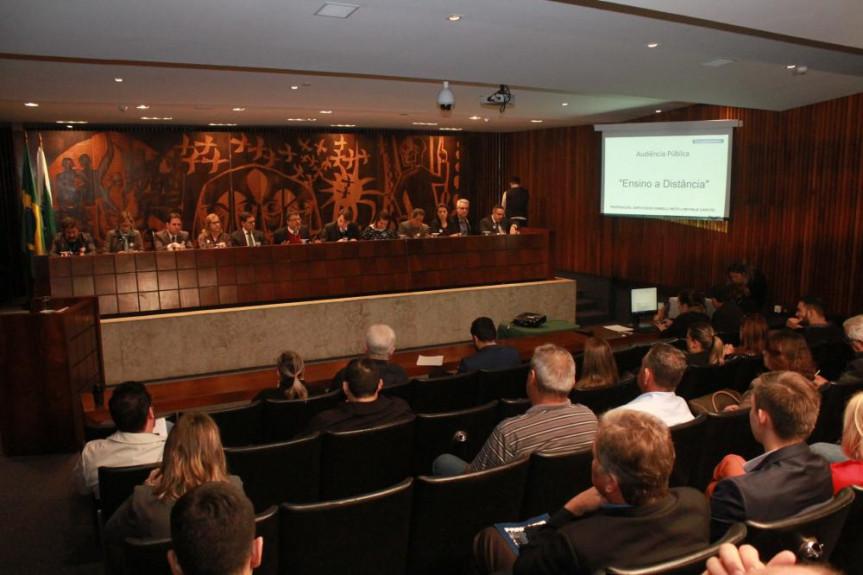 Audiência pública debate o limite máximo de 20% das aulas na modalidade de Educação a Distância para cursos da área da saúde.