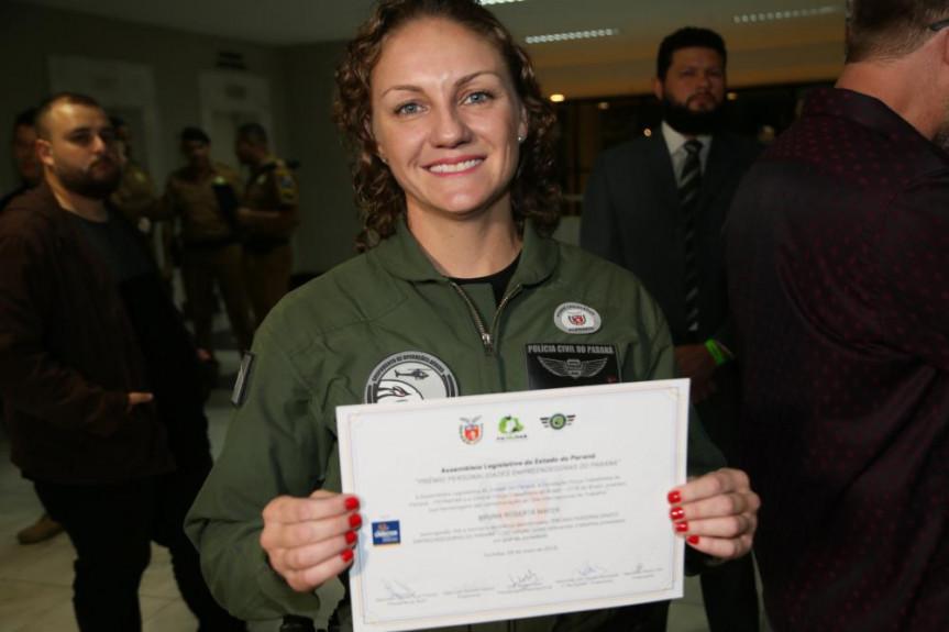 Bruna Roberta Mayer, do Grupamento Aéreo da Polícia Civil, é a primeira mulher policial aero tática da instituição.