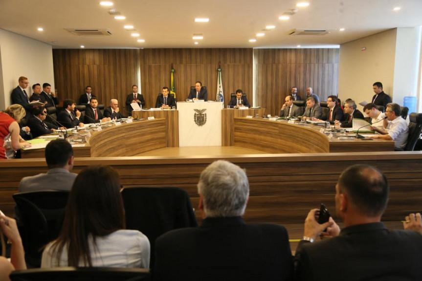 Deputados que compõem a Comissão de Constituição e Justiça se reúnem extraordinariamente para analisar projeto do Executivo que tramita em regime de urgência.