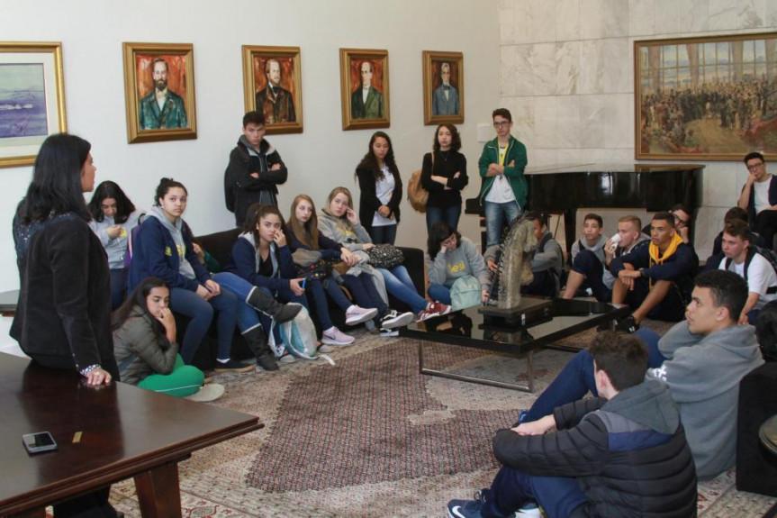 Estudantes do Colégio Sesi, da cidade de Pinhais, conhecem um pouco sobre a história da Assembleia Legislativa e do Paraná no Salão Nobre.
