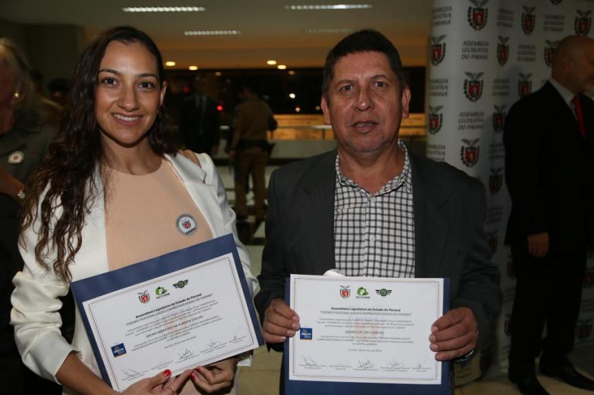 Os representantes da Corregedoria da Polícia Civil do Paraná, Bruna Maria Rocha Almeida Coelho e Edson Luiz dos Santos: excelência nos serviços prestados em prol da população.