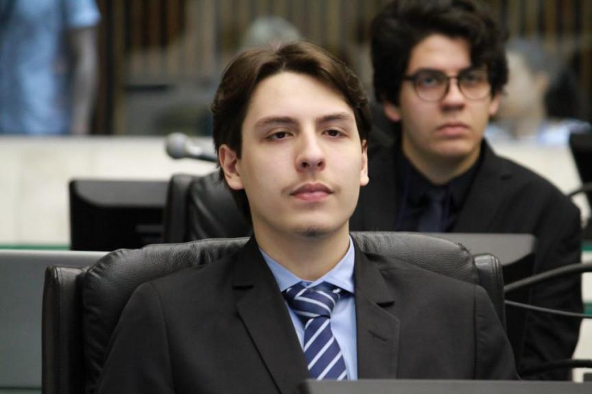 O deputado universitário Davi Augusto Machado trabalha com a bancada do partido para a aprovação do projeto que regulamenta o trabalho de intérpretes de Libras nas universidades públicas no Paraná.