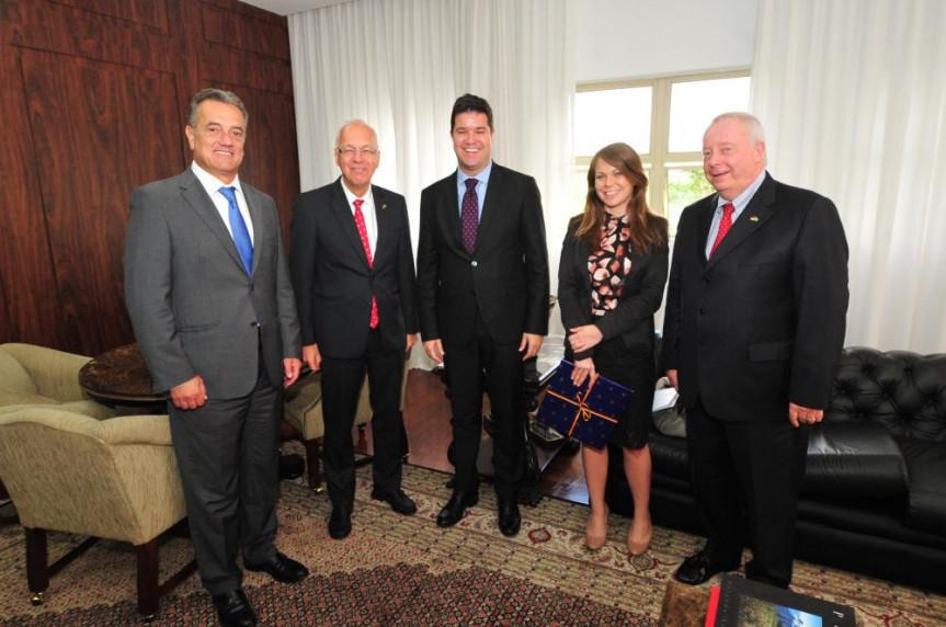 O vice-presidente da Alep, Guto Silva (ao centro), e o 1º secretário, Plauto Miró (à esquerda), recebem o embaixador da Alemanha  Georg Witschel (entre os deputados), a cônsul Eva Dombo e o cônsul honorário Andreas Hoffrichter.
