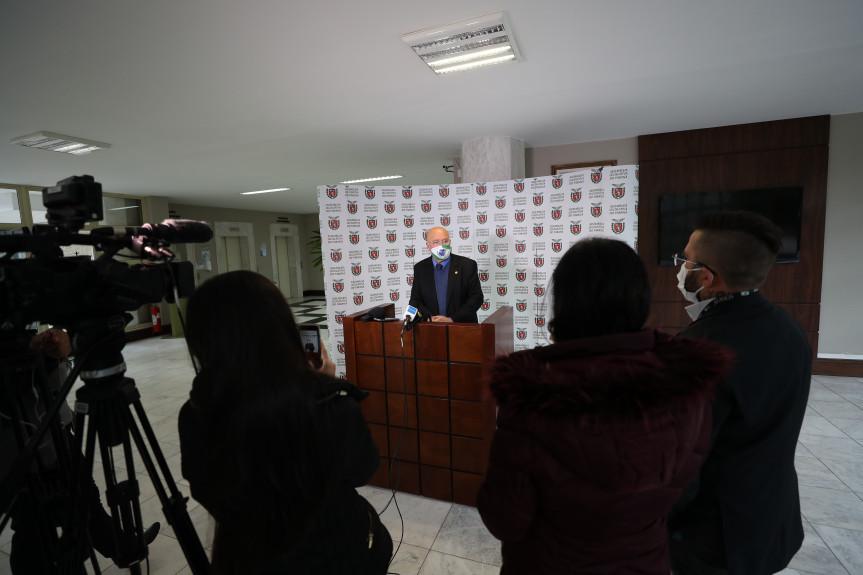 Deputado Luiz Cláudio Romanelli (PSB), primeiro secretário da Assembleia Legislativa do Paraná, durante entrevista coletiva.