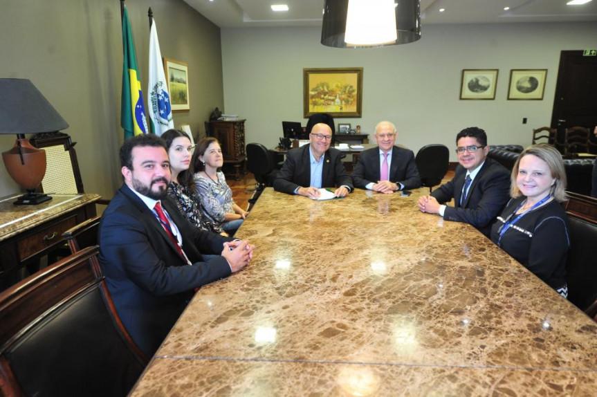 Presidente da Alep, deputado Ademar Traiano, e o primeiro secretário, deputado Romanelli, assinam convênio com SEAP para redução de custos na aquisição de passagem aérea.