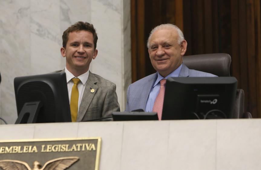 Presidente da Assembleia, deputado Ademar Traiano, com o deputado Rodrigo Estacho (PV) autor do projeto de lei 243/2019 aprovado na sessão desta quarta-feira (06).