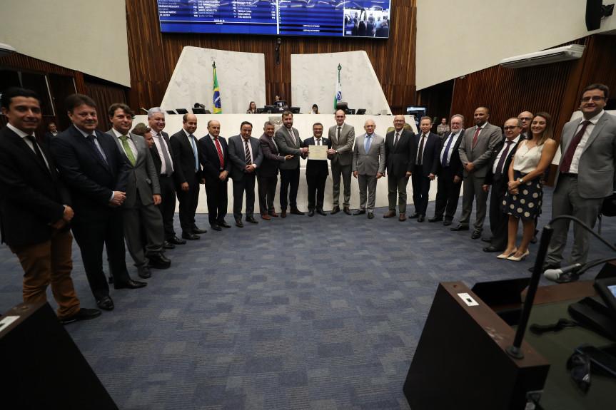 Equipe que fez o primeiro transplante de pulmão do Paraná recebe homenagem na Assembleia Legislativa.