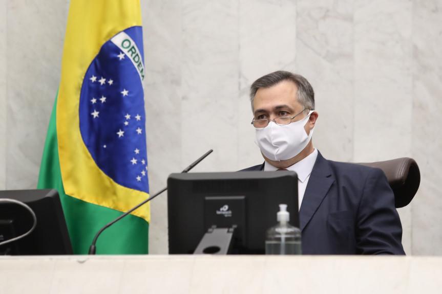 Durante prestação de contas da Saúde na Assembleia Legislativa, secretário Beto Preto mostra preocupação com aumento de casos de Covid-19 no Paraná.