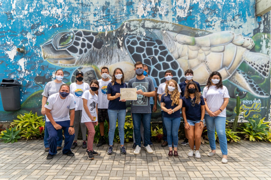 Dpeutado Goura durante entrega de menção honrosa ao Laboratório de Ecologia e Conservação (LEC) do Centro de Estudos do Mar (CEM) da UFPR.