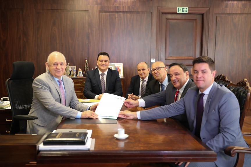Secretário-chefe da Casa Civil, Guto silva, entrega na Assembleia Legislativa mensagens do Poder Executivo.