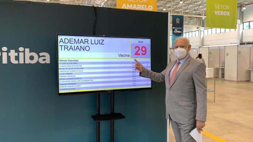 Presidente Traiano recebe a primeira dose da vacina contra a Covid-19.