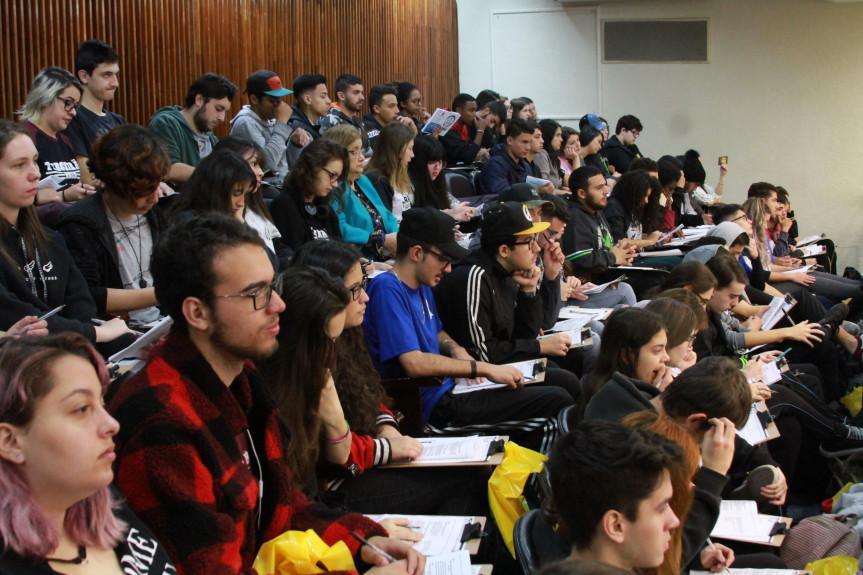 Todos os anos, mais de 700 estudantes ocupam o plenário da Assembleia para um aulão preparatório para o Enem.