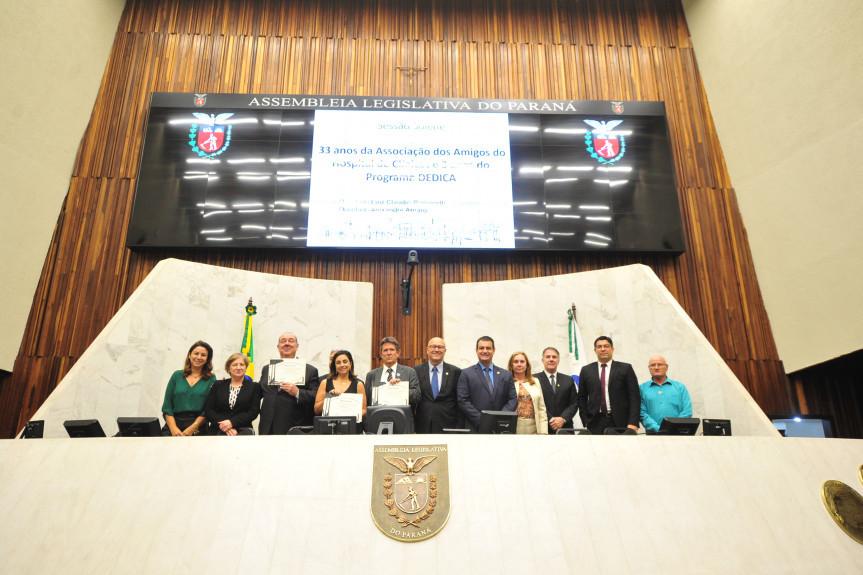 Sessão solene homenageou os 33 anos da Associação Amigos do HC e os três anos do Programa de Defesa dos Direitos da Criança e do Adolescente (DEDICA).