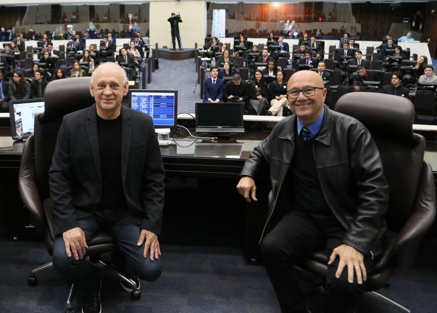 Presidente da Alep, deputado Ademar Traiano, e o primeiro secretário, deputado Romanelli, durante a edição 2019 do Parlamento Universitário. Projeto da Escola do Legislativo que será apresentado do evento Governo 5.0