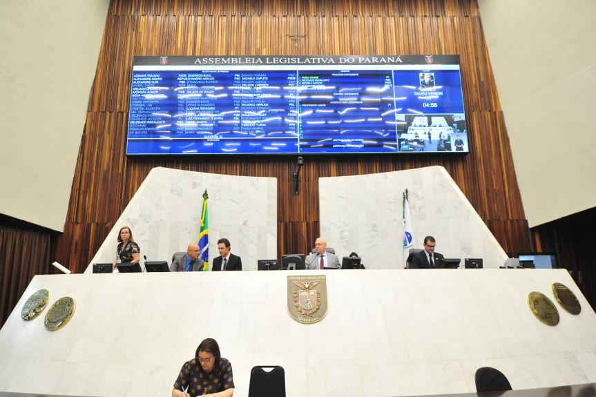 Sessão plenária desta segunda-feira (18).