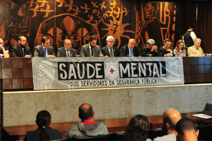 Servidores da área de segurança relataram impactos psicológicos devido ao stress do serviço nas polícias e como agentes penitenciários em audiência pública.