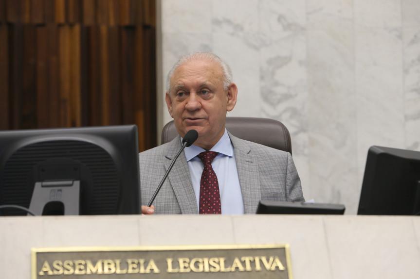 Durante a sessão plenária, o presidente Traiano fez o anúncio do novo portal de notícias da Assembleia.